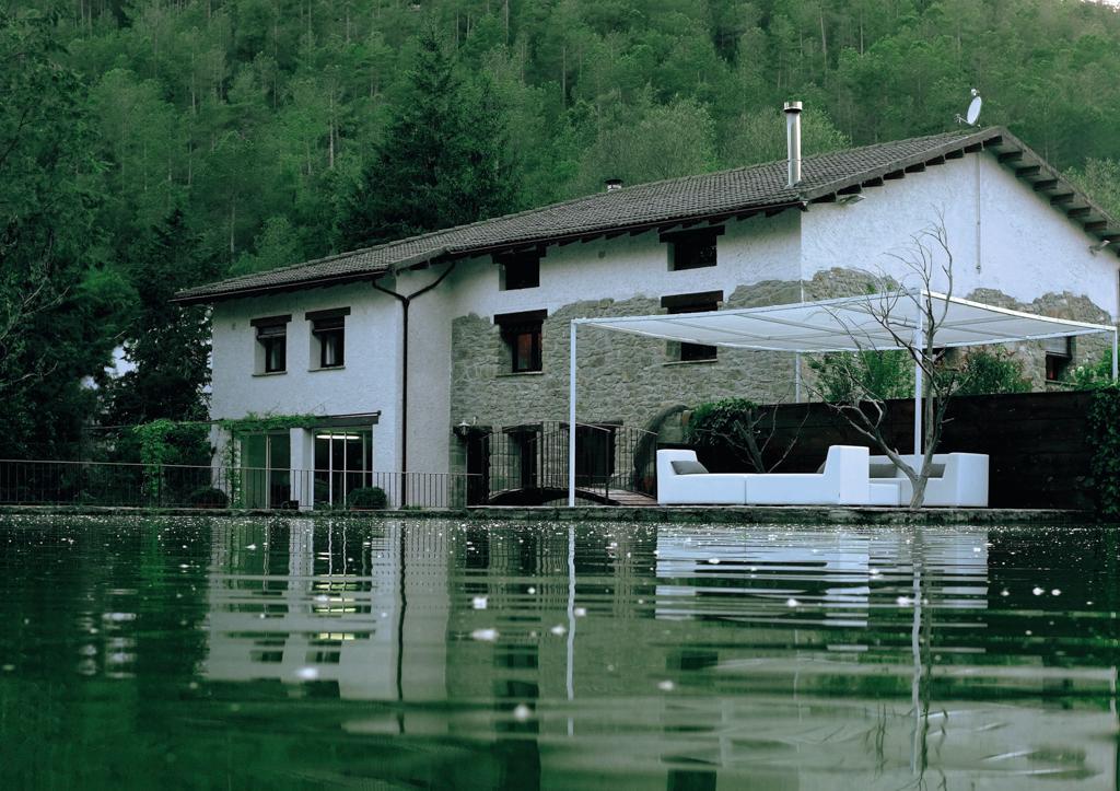 la casa dels peixos està envoltada d'aigua