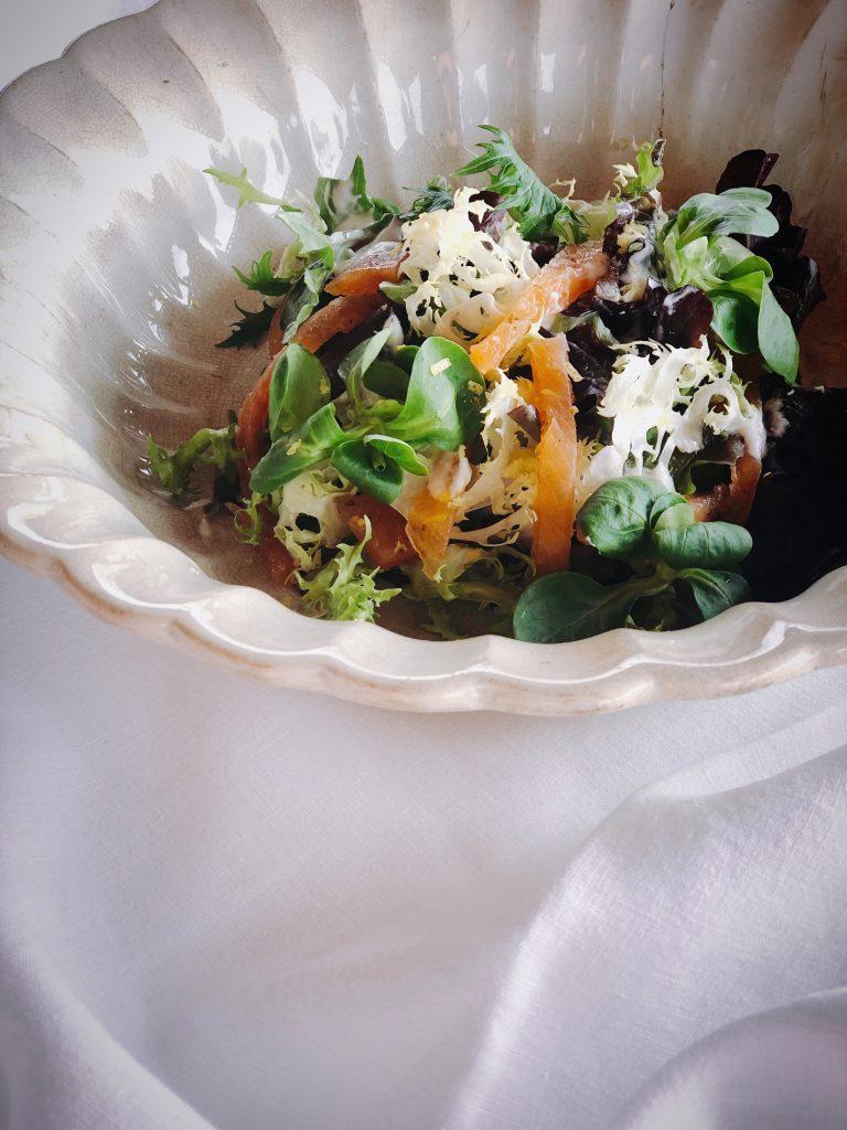 Ensalada de Trucha de Río Casa dels Peixos curada con especias y salsa cítrica